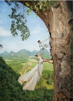 A couple from Liuzhou, Guangxi had their wedding photos taken in a unique and exciting way. Both of them are rock climbing lovers.