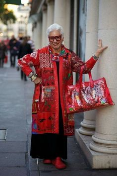 """the bag is wrong its cheap Without it This outfit is Fabulous and I agree with original comment never wear Beige A W ADVANCED STYLE: """"Don't Wear Beige — it Might Kill You"""" Mature Fashion, Fashion Over, Look Fashion, Womens Fashion, Fashion 2017, Vetement Fashion, Moda Casual, Aged To Perfection, Advanced Style"""