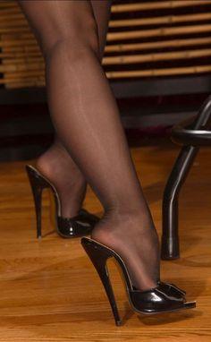 Nike Roshe One – dámské boty, tenisky, černé sneakers, barevný květinov& Sexy High Heels, High Heels Boots, Beautiful High Heels, Sexy Legs And Heels, Hot Heels, High Heels Mules, Black Stiletto Heels, Pumps, Nylons And Pantyhose