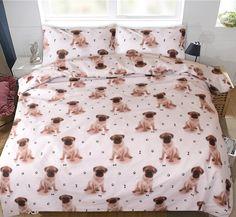 Gek op pugs? Wie niet! Dit lieve dekbedovertrek heeft een print van schattige puppies, pootafdrukjes en hondenbotjes. Wat schattig! Comforters, Bedding, Blanket, Nice, Creature Comforts, Quilts, Bed Linens, Blankets, Linens