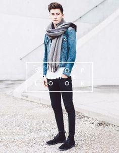 Shop the Look: Zeitlose, klassische Jeansjacke, Basic T-Shirt und dunkle Slim-Fit Jeans, Schal aus Schurwolle und Wüstenstiefel aus Wildleder. Jetzt nachshoppen: http://www.sturbock.me/?search=set25