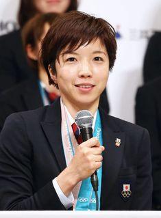 記者会見する日本選手団主将の小平奈緒選手=26日午後、東京都内のホテル 平昌冬季五輪で史上最多13個のメダルを獲得した日本選手団が26日、チャーター機で韓国から帰国した。メダリストらは東京都内で記者会見し、選手団主将でスピードスケート女子5...