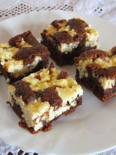 I love brownies. I love cheesecake. It's no surprise these Black and White Cheesecake Squares called out to me when I saw them in Martha Stewart's magazine. I've tried cheesecake brownies in the past and Oreo Cheesecake Bites, Light Cheesecake, Cheesecake Squares, Just Desserts, Delicious Desserts, Dessert Recipes, Yummy Food, Classic Brownies Recipe, Yummy Treats