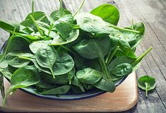 Vitamin also know as folic acid or folate, is abundant in leafy greens such as spinach, is essential for optimal brain and nerve function. Best Muscle Building Foods, Spinach Benefits, Whole Food Recipes, Healthy Recipes, Healthy Foods, Healthiest Foods, Diet Foods, Healthy Skin, Foods High In Iron