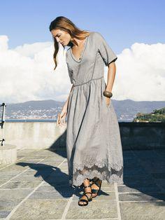 L'inconfondibile grigio ferro de #laFABBRICAdelLINO nell'abito lungo con ricamo a rete. 100% lino e 100% Made in Italy. #GrigioFerro #MadeinItaly #AbitoLungo #100per100Lino #Dress