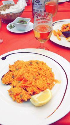 Paella de pollo y mariscos en Sevilla