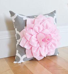 Flor decorativa almohada Dalia rosa luz en gris y por bedbuggs