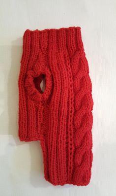 Este suéter tejido a mano hermosas calentará a tus pequeños amigos. Material: 100%-lana Son 37-40 cm/14-15,5 Longitud 26 cm/10,2 Sólo lavado a mano. Si usted hawe alguna pregunta o desea un tamaño diferente, en contacto conmigo.