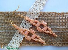 Indul a fagyi szezon, itt a nyár! :)  Kellemes, barack pasztell színekből kombinált, visszafogott kis fülbevaló.  Csiszolt gyöngyöket, tila gyöngyöt és kásagyöngyöt használtam. Nikkelmentes, arany színű akasztóra tettem.  Hossza 5 cm, szélessége 1,5 cm. Crochet Necklace, Diy, Jewelry, Build Your Own, Jewellery Making, Bricolage, Jewels, Jewlery, Jewerly