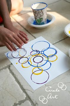 contemporary art EASY DIY Circle Art: All you need are paints, paper, cups of various sizes and voila! Your own one-of-a-kind piece of circle art. Super fun for kiddos too! Art Lessons For Kids, Art Lessons Elementary, Projects For Kids, Art Projects, Crafts For Kids, Arts And Crafts, Ecole Art, Circle Art, Art Classroom