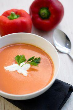 Una combinación diferente y deliciosa, prueba esta crema de tomate y pimiento morrón y sorprende con esta receta que a todos les encantarán. La mezcla de yoghurt estilo griego con el tomate y el pimiento le da un sabor exquisito.