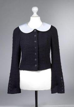 Chanel Auktion Lot 143: Chanel Blazer, schwarzer Wollbouclé, französische Größe 38 (entspricht der deutschen Größe 36) Ärmellänge außen ca. 62 cm, Rückenlänge 40 cm. Mehr Information auf der Website