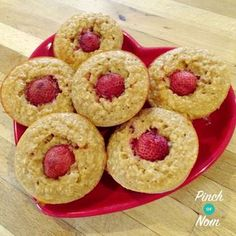 Strawberry Oat Muffins Pinch Of Nom - Food: Veggie tables Slimming World Cake, Slimming World Diet Plan, Slimming World Desserts, Slimming World Breakfast, Slimming World Recipes Syn Free, Baked Oats Slimming World, Sliming World, Pinch Of Nom, Strawberry Muffins