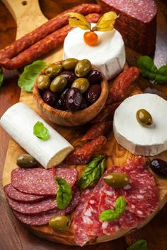 Antipasto Meat & Cheese Platter / Party Perfect Appetizers and Hor d'oeuvres recipes #foods #recipes