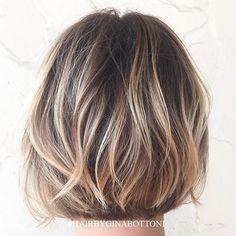 12 blonde Highlights auf kurzen braunen Haaren