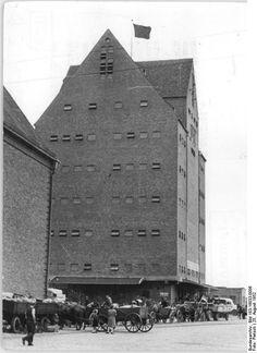 http://www.app-in-die-geschichte.de/document/35197 Zentralbild Pietsch 25.8.1952 Sternfahrt-Ergebnis: 219000 kg. Getreide. Das Geschenk der Bauern des Kreises Rostock an die Neptun-Arbeiter.