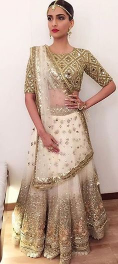 Shimmering White and Gold Lehenga Choli Indian Bridal Wear, Indian Wedding Outfits, Indian Outfits, Bride Indian, Mode Bollywood, Bollywood Fashion, Lehenga Designs, Indian Attire, Indian Ethnic Wear