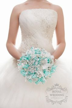 63 Ideas jewerly wedding bouquet pearls for 2019 Hydrangea Bridal Bouquet, Pearl Bouquet, Beach Wedding Bouquets, Bouquet Charms, Wedding Brooch Bouquets, Flower Bouquet Wedding, Bridesmaid Bouquet, Wedding Mandap, Wedding Stage