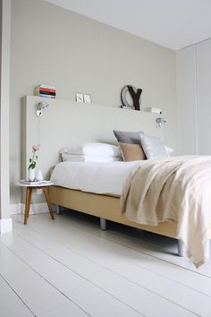 Chambre beige et blanche pour une ambiance zen. la tête de lit réalisée avec un coffrage en médium est peinte de la même couleur lin beige q...