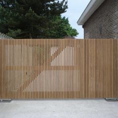 Modern Minimal Driveway Gate with Vertical Wood Slats Modern Minimal Driveway Gate with Vertical Wood Slats Modern Landscape Design, Landscape Plans, Modern Landscaping, Backyard Landscaping, Modern Design, Tor Design, Fence Design, Driveway Entrance, Front Gardens