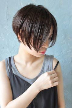 美シルエットにひとめぼれ♡前下がりショートボブ12選 - LOCARI(ロカリ) Tomboy Hairstyles, Short Hairstyles For Women, Hairstyles Haircuts, Cool Hairstyles, Asian Bob Haircut, Short Hair Cuts, Short Hair Styles, Cabello Hair, Hair Repair
