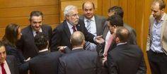 Miguel Santalices, centro, conversa con los diputados del PP tras la suspensión de la sesión durante quince minutos. // Óscar Corral