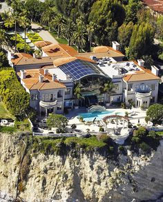 «$62,000,000 Cliffside oceanfront mega mansion in Malibu, California... Literally living life on the edge  #ModernMansions»