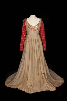 Extra period gown by Adrian from Romeo and Juliet : Lot 66 Fashion Tv, Hollywood Fashion, Fashion History, Fashion Outfits, Medieval Dress, Medieval Fashion, Metro Goldwyn Mayer, Maria Callas, William Shakespeare