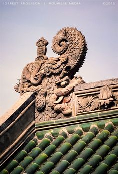 Roof detail of a royal-style architecture in Beijing, Photo by Forrest Anderson. Ancient Chinese Architecture, Chinese Buildings, China Architecture, Roof Architecture, Architecture Details, Temple Of Heaven, Peking, Chinese Element, Ange Demon