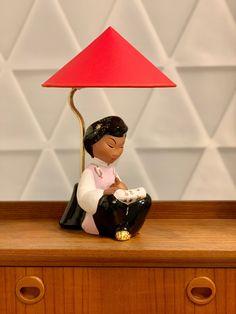 Vintage Wiener Tischlampe rot lesende chinesisches Mädchen Figur von Carli Bauer, 1950er Beleuchtung von RemoVintage auf Etsy Vintage Table, Table Lamp, Etsy, Home Decor, China Girl, Vintage Table Lamps, Craft Gifts, Lighting, Figurine