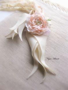 Silk Flowers  / Silk Tulips /  Ribbon Roses / Elpek bezi / Ödemiş ipeği / Nigar Hikmet Ribbon Art 2015 dergi arka kapak fotoğrafı Aplike lale, İpek lale, minik janjanlı güller ve gülNihal açmış olarak çalışıldı.