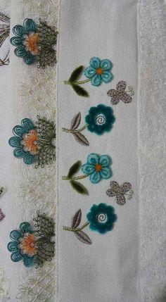 geniş yapraklı çiçekli motif