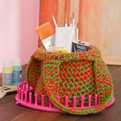 This colorful loom knit tote puts the fun in shopping! Find this great project a… This colorful loom knit tote … Round Loom Knitting, Spool Knitting, Loom Knitting Projects, Loom Knitting Patterns, Knitting Looms, Circle Loom, Loom Love, Fun Loom, Loom Hats