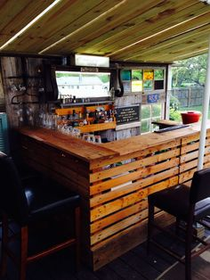 How to make a DIY Pallet Bar? : How to make a DIY Pallet Bar? - Is it your friend's birthday or some big event coming up in few days? If yes and you wanted to surprise him then making a DIY pallet bar is a great . Bar En Palette, Palette Design, Bar Furniture, Pallet Furniture, Furniture Movers, Bar Pallet, Outdoor Pallet, Diy Outdoor Bar, Pallet Benches