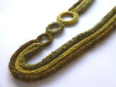 Collana in lana nei toni del verde. Collana tessile con cerchi lavorati all'uncinetto. Collana in tubolare lavorato : Collane di filinfilando  <3