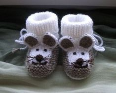 Gestrickte Babyschuhe Mausschuhe knitting for babies Knitted baby booties mouse booties Baby Boy Booties, Knit Baby Shoes, Cute Baby Shoes, Baby Boots, Baby Knitting Patterns, Knitting Baby Girl, Doll Patterns, Crochet Patterns, Knitted Booties