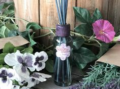 Silvestres y solitarias, con un dulce aroma muy peculiar. ¿Sabías que las violetas como las rosas son símbolo del amor...? FRAGANCIA SWEETIE by AMBIENTAIR AROMAS Venta en grandes superficies y también en nuestra web 👉 http://ambientair.es/ #ambientairaromas #violeta #violet #flores #flowers #fragancias #ambientador #aromatizantes #sweetie #home #deco #aromas #homedecor #bloggerspain #huelogenial #madeinspain #mikados #perfumadordevarillas #varillasperfumadas
