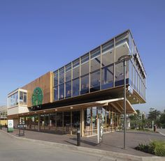 *방콕 스타벅스 글래스 박스 [ I Like Design Studio ] Starbucks in Bangkok, Thailand Glass Building, Building Design, Building A House, Cafe Exterior, Exterior Design, Coffee Shop Design, Cafe Design, Commercial Architecture, Facade Architecture