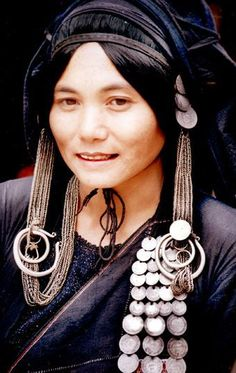 Native Cultures of Yunnan, Jing Po woman, China We Are The World, People Around The World, Tribal People, Beauty Around The World, Folk Costume, Costumes, Portraits, Chinese Culture, Tribal Jewelry