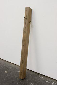 Susan Collis .- Age old story. Nogal, jaspe veteado, plata, bronce y chapa de ébano, 85,5 x 5 x 7 cms, 2009