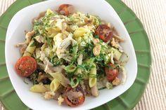 Pasta Salad / Ensalada fresca con pasta, pollo desmechado, tomates cherry asados, pesto de albahaca, queso y crema de aceto balsámico.