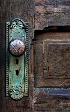 Door knobs are sometimes even better than the doors themselves! Oh such a beautiful door knob. Old Door Knobs, Door Knobs And Knockers, Glass Door Knobs, Door Hinges, The Doors, Windows And Doors, Front Doors, Boho Home, Design Seeds