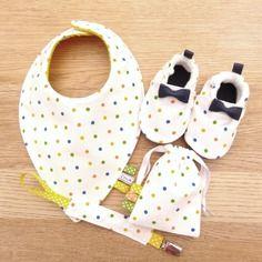 Coffret naissance avec chaussons bébé, bavoir, attache tétine et range tétine  multicolore