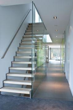 Tegelvloer geleverd door MoreFloors vloeren Breda Moderne trap met glazen wand