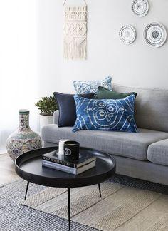 Springy Pillows Form & Farbe! Gut in Geometrie: mit Streifen, Rauten, Kreisen & mehr. Der Frühling ist da und es ist deshalb höchste Zeit für ein frisches Update für unser Zuhause! Tolle Kissenhüllen in Form & Farbe sorgen für Frühlingslaune in jedem Raum. Kissen sind wandelbare Deko-Pieces mit Stil- und Kuschelfaktor. Einfach perfekt! // Wohnzimmer Kissen Ideen Frühling Deko Couchtisch Sofa #Wohnzimmerideen #Kissen #Frühling #Couchtisch
