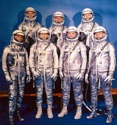 マーキュリー計画用宇宙服 この宇宙服は、高高度飛行を行うパイロットが着る与圧服のデザインを基に開発されており、内側のネオプレン被覆ナイロン層と外側のアルミメッキ加工のナイロン層の2層構造で、元々は紫外線と熱放射からパイロットを守るための設計であった。また、この反射板のような外見は、1960年〜1970年のSF映画において定番となった。