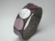 *Punkt x4* – perfekter Styl für Mädchen und Frauen.     Das Armband ist gefertigt aus ca. 20mm breitem und 3mm starkem Wollfilz in natur. Die Appli...