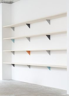 Daring Details: Painted Shelf Brackets - My favourite interior design - Shelves Storage Shelves, Wall Shelves, White Shelves, Wooden Shelves, Paint Shelf Brackets, Shelving Brackets, Open Shelving, Shop Shelving, Shelving Ideas