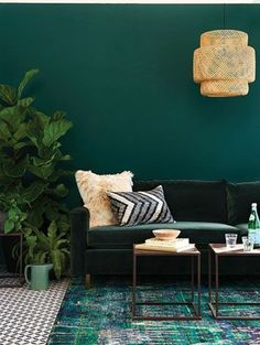 couleur peinture salon ver émeraude, ambiance paisible, déco plantes Are you looking for the best color for your living room? Here we have 10 Most Colorful Teal And Red Living Room Ideas for your living room decor. Living Room Red, Living Room Paint, Living Room Decor, Tiny Living, Green Rooms, Green Walls, Living Room Remodel, My New Room, Home Decor Trends