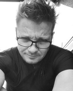 "Jeremy Renner (@renner4real) auf Instagram: ""Rain on set... #hotlanta #hmmm #avengers #stretch #coffee #ready"""